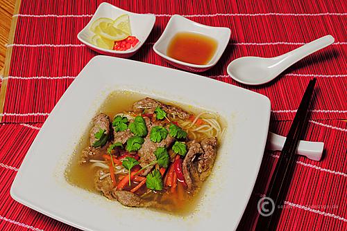 Asiatische Nudelsuppe mit Rindfleisch