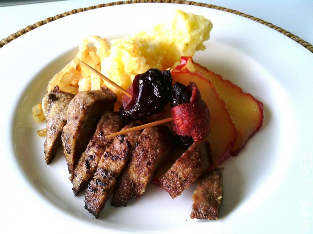Rezept: Leber mit Pruneaux-Pops und Apfelringen an getrüffeltem Kartoffelstampf und Gemüsezwiebeln